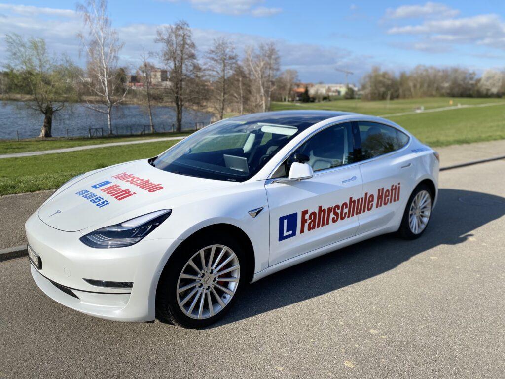 Das Elektroauto Tesla Model 3 der Fahrschule Hefti in Zürich